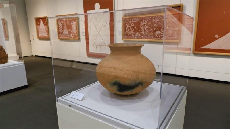 インドには、5000年以上に及ぶテラコッタ(素焼の陶器)制作の伝統があります。母なる大地は様々な形で崇拝されており、その大地から採った粘土で作られるテラコッタもまた、現地の人々に生き物のように扱われたり、守り神のように思われたりしています。ミティラー美術館では、1989年にインド政府から寄贈された109点の作品群のほか、日本の土と稲藁を使った現地にはない新たな作品も所蔵しています。